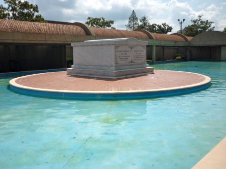 La tombe de Martin Luther King, entourée d'eau