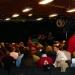 Le public s'assemble pour la table ronde