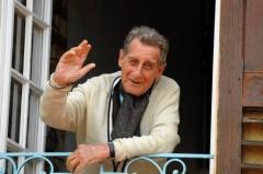 portrait-de-jean-lacouture-chez-lui-a-roussillon-le_591227_516x343.jpg