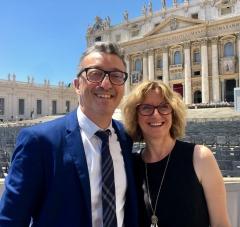 pasteur-Eric-Celerier-femme-place-Saint-Pierre-Rome_0_729_692.jpg