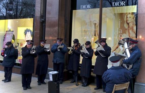 L'Armée du Salut en musique, devant une vitrine DIOR (Princes Street, Edinburgh).jpg